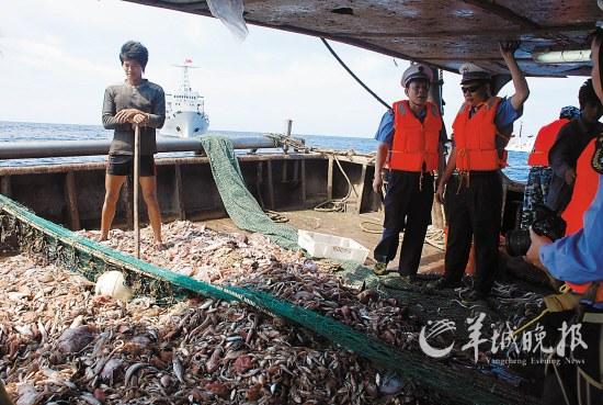 护渔巡航间隙,农业部南海区渔政局领导上船了解渔民生产情况 农业部南海区渔政局 供图