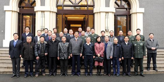 昨天,市领导薄熙来、黄奇帆等会见历任雷锋班班长及雷锋战友并合影。