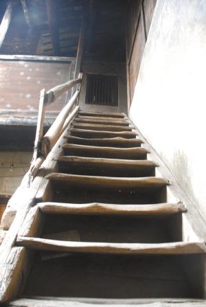 老人们居住的老屋,楼梯很狭窄。