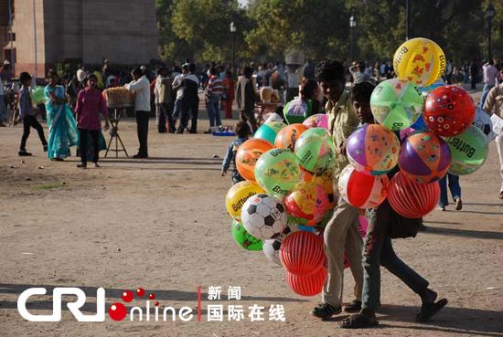 印度门 前卖气球的孩子 毕玮摄