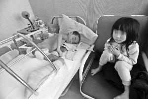 床上 还没有/成才躺在病床上,手术费还没有着落快报记者施向辉摄
