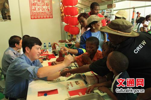 中国剪纸和书法让南非观众痴迷