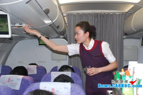 军事 航空 > 正文  图9:为旅客调试阅读灯.