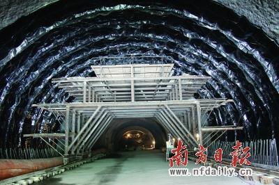 在建广乐高速公路隧道二次衬砌防水板铺挂施工现场