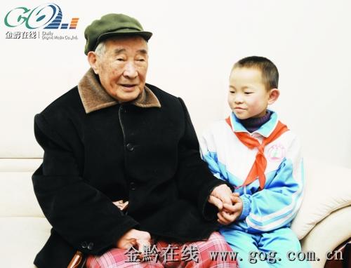老人最爱和孩子们在一起