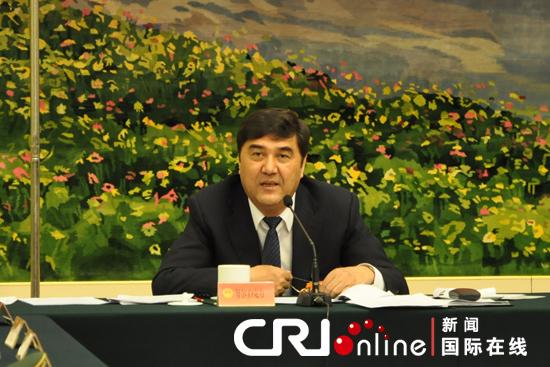 新疆维吾尔族自治区主席努尔白克力在代表团全体会议上发言。肖中仁摄
