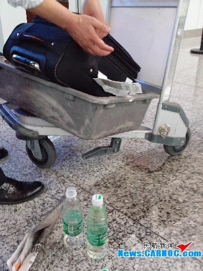 据悉,白云机场安检人员在检查中发现一个托运的拉杆箱里面有可疑液体