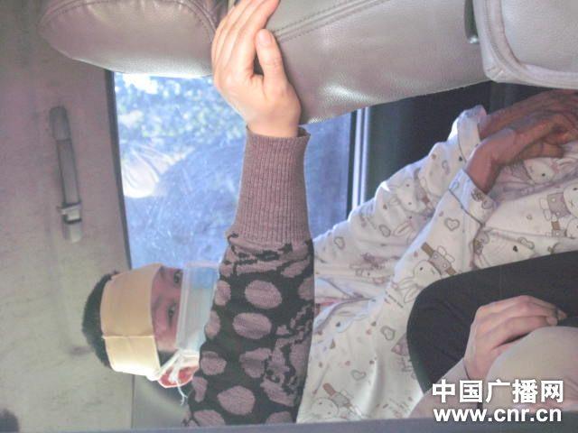 周岩刚刚做完手术尚未拆线(图片来自中国广播网)