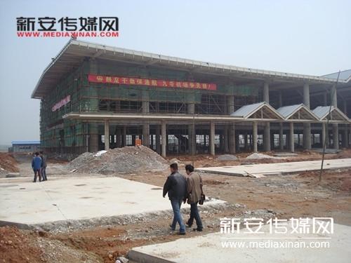 图为已经封顶的机场航站楼外景。