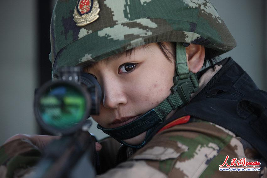 武警部队首批女狙击手之一——女子特警队员.(贾真 陈冰摄)-高清图片