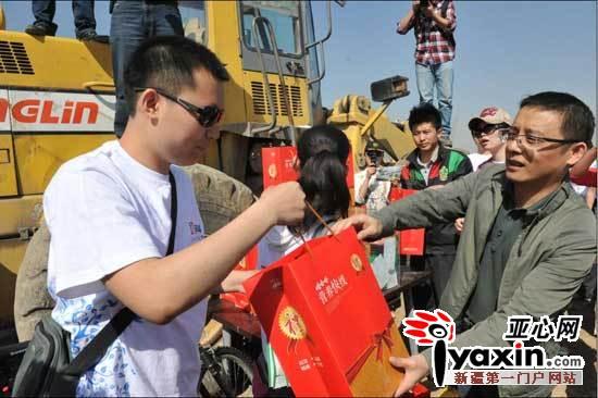 都市消费晨报社广告中心总经理刘剑荣(右一)在为抽中奖品的市民颁奖。
