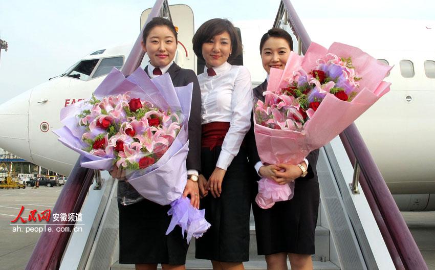 人民网合肥4月23日电 4月23日,合肥到韩国济州岛直航航班正式起飞。对喜欢旅游的合肥市民来说,今天起将能直接去领略韩国济州岛的美丽风情。据悉,五一前夕前往济州就有三趟航班。 继合肥至韩国首尔国际航线开通两年后,市民到韩国又再增新航线。处于旅游旺季的人间四月,合肥机场开通了飞往韩国济州岛国际航线,这对爱好外出旅游的旅客无疑是极好的消息,旅客从合肥机场出发,只需2个小时就可前往韩国欣赏韩剧中的美丽风景和民俗文化。 据介绍,执飞合肥-韩国济州岛的航班为包机性质的国际定期航班,从4月23日至10月15日,每周