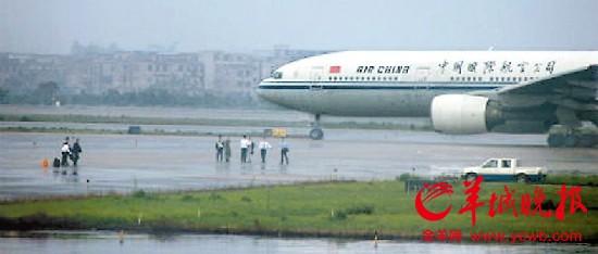 广州白云机场乘客不满航班延误冲上滑行道(图)