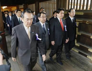 日本81名国会议员上午集体参拜靖国神社(图)
