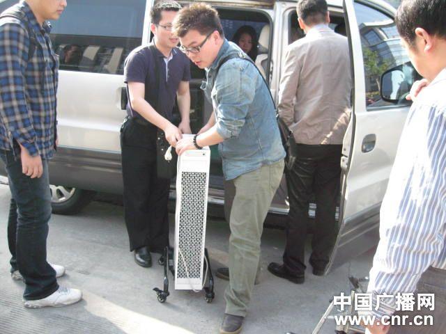 避免周岩伤口感染一路都必须使用空气净化仪(图片来自中国广播网)