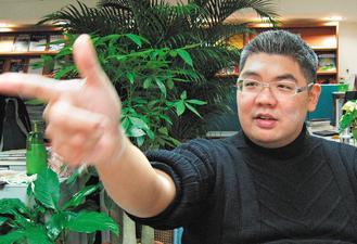 连胜文对枪击案许多重要关键疑点,仍未能厘清,感到非常遗憾。图为前年12月,他在枪击案后首次面对媒体。图片来源:台湾《联合报》