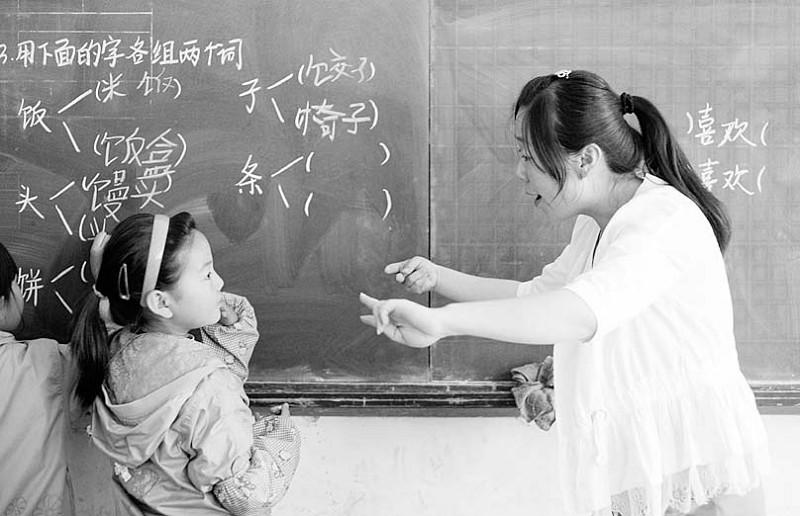 与普通孩子一样的文化课程,除此以外,学校还设置绘画,雕刻等技能课程