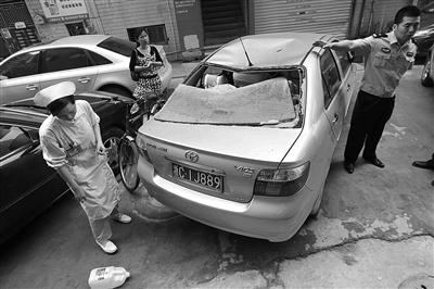 将一辆丰田威驰的后挡风玻璃被砸碎