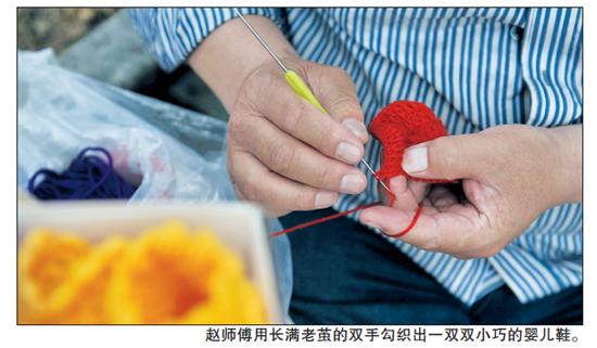 赵师傅亲手勾织的婴儿鞋很受合肥市民喜欢