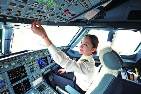 她是我市首名民航女飞行员