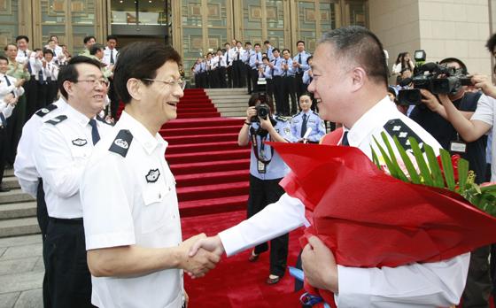 """国务委员、公安部部长孟建柱5月10日迎接凯旋抵京的""""10·5"""" 专案组成员。"""
