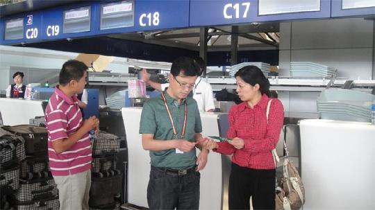 图1:对比两舱行李条与机场两舱行李条 民航资源网2012年5月11日消息:备受瞩目的昆明长水国际机场的搬迁工作已进入了倒计时阶段。新机场转场是一项巨大的综合工程,涉及方方面面,时间紧,任务重,各单位均高度重视。东方航空云南有限公司(China Eastern Yunnan Airlines.,简称东航云南公司)地面服务部国内值机室在确保安全、服务工作到位的同时,全员备战转场,一方面着力提高员工对新机场相关设备的操作技能,另一方面,反复验证值机行李交运流程的合理性与安检系统的稳定性。 5月9日,国内值机