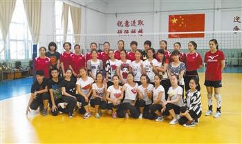 天津女排众将与天津体院舞蹈系的同学们合影留念