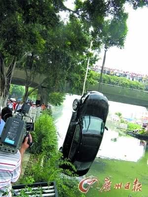 事故车辆被从河中吊出。