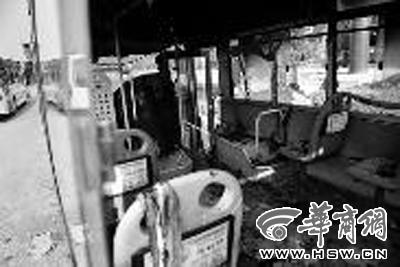 昨日下午,咸阳市一辆公交车在行驶中发生自燃,所有乘客及
