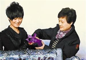 李宇春老公和孩子照片 李宇春老公的资料背景 毕福剑老婆的真照片 李