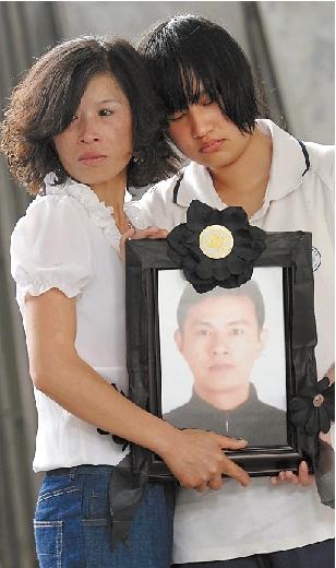 吴悦(右)为爸爸送行。