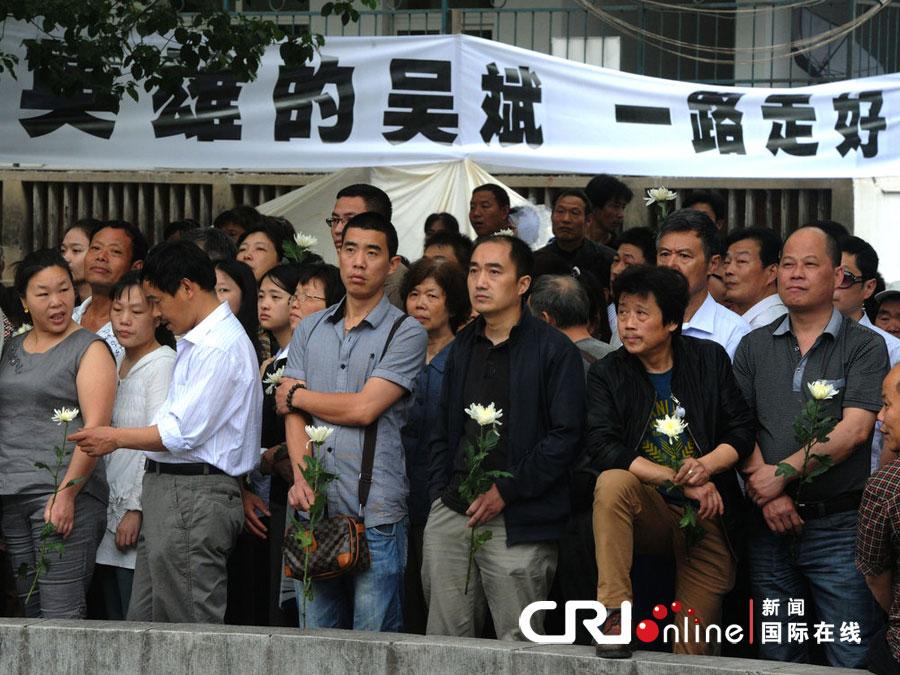 2012年6月5日,杭州殡仪馆,不少杭州市民自发来送英雄吴斌最后一程。图片来源:cfp