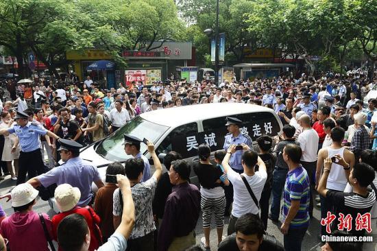 """6月4日下午,杭州""""最美司机""""吴斌出殡,数万民众自发而来为送别最后一程。图为送别现场。中新社发 李忠 摄 图片来源:CNSPHOTO"""