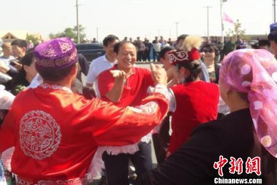 刘兰芳,牛群等艺术家到新疆兵团体验民俗风情