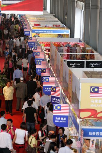 马来西亚展区人口攒动.(张彤 摄)-第20届昆交会开幕 1.2万名客商