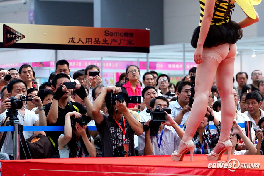 高清组图:2012西安性博会开幕 模特表演内衣秀