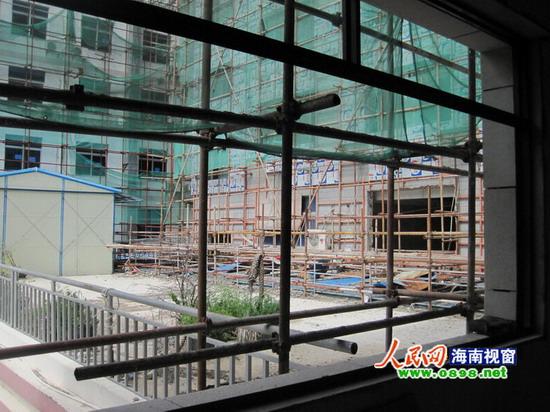 还计划在外立面和楼顶增添一些钢结构挂件,以让这座大楼显得威严和