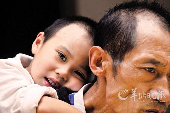 云南BH4缺乏症患儿刘艺贤,趴在父亲刘润礼的肩上 受访者供图