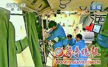 图为景海鹏刘旺在帮助刘洋单车.(电截图)