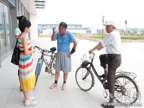 赵爹爹向记者讲述对汉宜高铁的期待之情