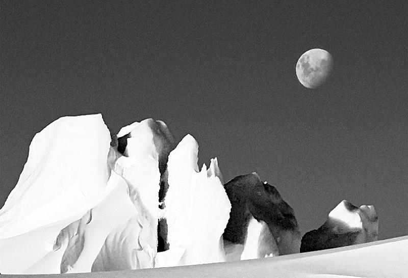 在灯火辉煌,夜如白昼的城里呆久了,忽然想念起故乡的月光来,想念起月光下飘香的麦场来。 小时候,最怕没有月亮的夜晚,整个村庄一片漆黑,幼小的心灵常常无端地生出莫名的恐惧和绝望,我歪歪扭扭的作文里也常常用 伸手不见五指来形容这黑沉沉的无边的夜。在寂寞无助的等待中,我企盼的月亮穿透世俗的黑暗跃过一抺远山升上天际,霎时,明净的月光照彻我小小的心空 正是麦黄黄、杏黄黄的季节,沿河成熟的麦子在风中等待开镰。天还未亮,一拨一拨的农人就扎进麦浪翻滚的田野里,不一会儿,成片的麦子在他们身后纷纷倒下,码成垛,排成行。