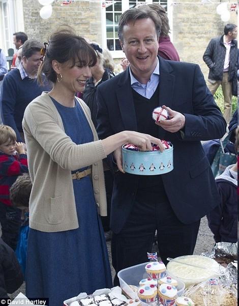 英国首相卡梅伦夫妇6月4日下午参加街头派对,畅享自助餐,与民众共同庆祝女王登基60周年。