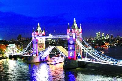 英国伦敦泰晤士河上的伦敦塔桥展示新灯光