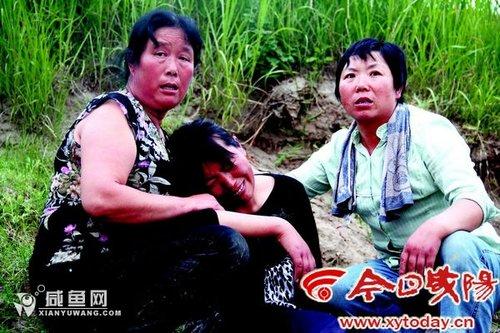 得知孩子溺亡后,母亲悲恸欲绝。实习记者李梅摄