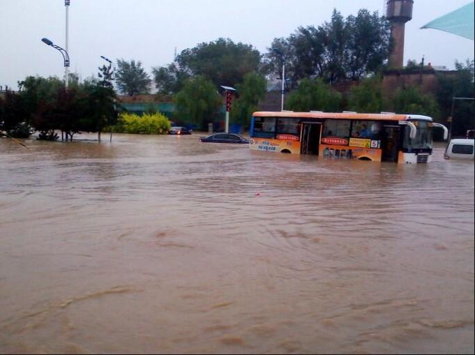 组图:榆林市区普降暴雨 城区多处路段积水严重图片