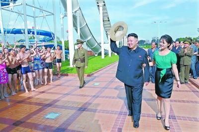 金正恩夫妇挽臂同行 体验游乐设施