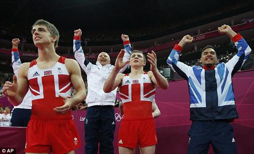 英国体操男团小伙子们庆祝夺牌