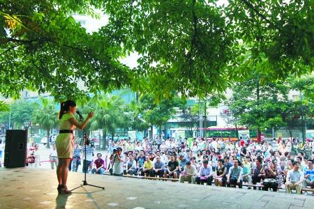 沙坪坝三峡广场,市民在黄葛树下讲起礼仪龙门阵。记者 邹飞摄