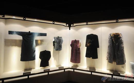 展馆中的清末民初服饰,依然色彩鲜艳、材质不俗。 东方网记者刘华宾、曹磊7月23日报道:明代松江布,素有衣被天下的美誉。走进澳门路150号的上海纺织博物馆,首先映入眼帘的,就是总前言中的这句话。两层楼面的展示区域中,从战国时期的布纹陶量,到馆藏上海地区最早的纺织用品元宝石,再到上世纪90年代纺织工业砸锭改革的实物,一座不大的纺织博物馆,展示了上海纺织业几个世纪的历史变迁。 上海纺织博物馆位于拥有130年历史的申新纺织九厂原址,占地6800平方米,展示面积4800平方米。在常务副馆长蒋昌宁眼中,一部中