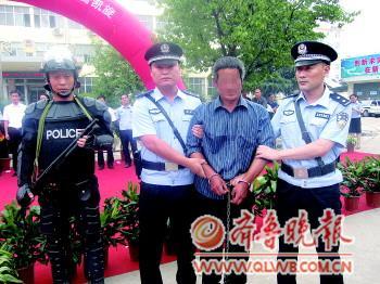 ◥7月9日下午4点30分,嫌犯张某被民警押回日照。
